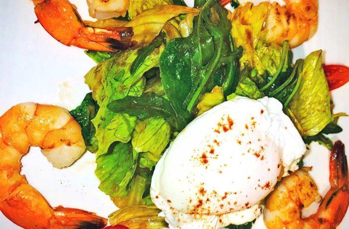 Салат с королевскими креветками и яйцом