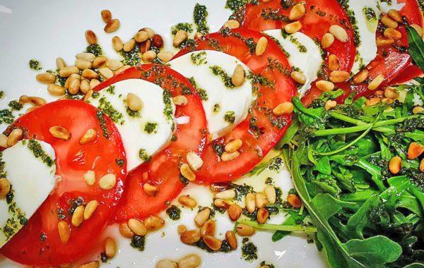 Салат помидоры с моцареллой и рукколой