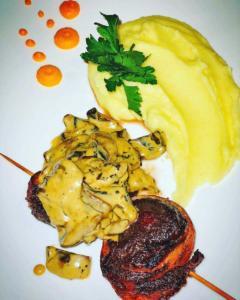 Медальоны из говядины в беконе, грибами в сливках и картофельным пюре