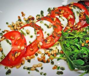 Салат помидоры с моцареллой, жареными орешками и рукколой